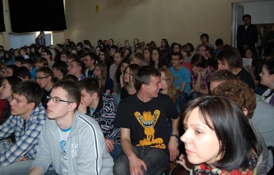 Młodzież na sali